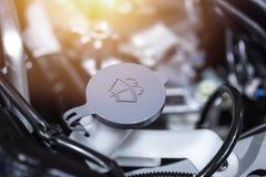 Танк более чистой воды лобового стекла жидкостный внутри двигателя автомобиля Стоковая Фотография