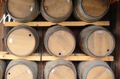 Танк вина на деревянной предпосылке Стоковое Изображение RF
