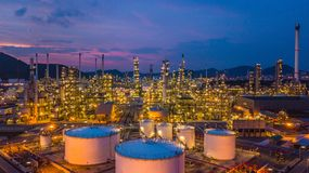 Танк воздушной нефти и газ взгляд сверху химический с планом нефтеперерабатывающего предприятия стоковые изображения