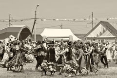 Танцевать в национальных костюмах на торжестве Sabantuy Стоковая Фотография