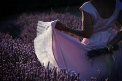 Танцевать в поле лаванды стоковое изображение