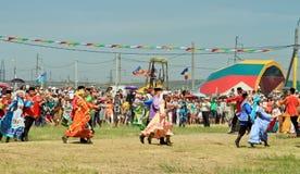 Танцевать в русских и татарских национальных костюмах Стоковая Фотография