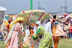 Танцевать в русских и татарских национальных костюмах Стоковая Фотография RF