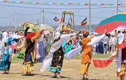 Танцевать в русских и татарских национальных костюмах Стоковое фото RF