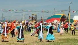 Танцевать в русских и татарских национальных костюмах Стоковое Изображение RF
