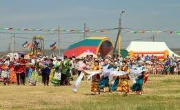 Танцевать в русских и татарских национальных костюмах Стоковое Изображение