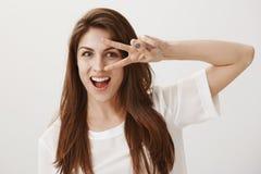 Танцевать в стиле диско Портрет эмотивной привлекательной кавказской девушки с коричневыми волосами усмехаясь обширно, показывая  стоковая фотография