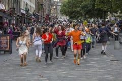 Танцевать в улице на крае Эдинбурга Стоковая Фотография RF