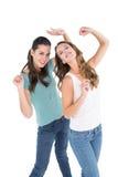 Танцевать 2 жизнерадостный молодой женский друзей Стоковая Фотография