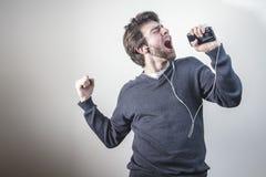 Танцевать и петь к его любимой настройке Стоковая Фотография RF