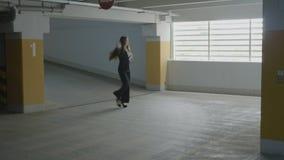 Танцевать молодой красивой бизнес-леди смешной и скакать joyfully в подземное место для стоянки для того чтобы выразить ее счасть сток-видео