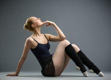 Танцевать на балерине пола подпирает ее голову стоковая фотография rf