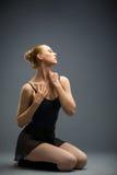 Танцевать на деревянном артисте балета пола с ей глаза закрыл Стоковые Изображения