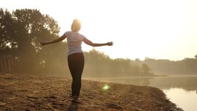 Танцевать на пляже на заходе солнца сток-видео