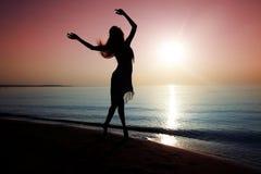 Танцевать на пляже Стоковая Фотография