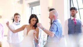 Танцевать на свадьбе видеоматериал