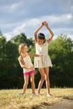 Танцевать 2 счастливый grils Стоковая Фотография RF