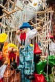 Танцевать шнурует деревянных клоунов марионетки и pinocchios забавляются смертная казнь через повешение Стоковое фото RF