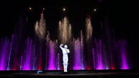 Танцевать solo во время театрализованного представления акции видеоматериалы
