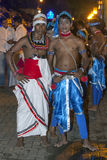 2 танцора одели в традиционных костюмах Sri Lankan ждут начало Esala Perahera в Канди, Шри-Ланки Стоковое Фото