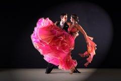 Танцоры латиноамериканца в бальном зале Стоковые Изображения RF