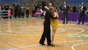 Танцоры бального зала на партере сток-видео