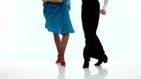 Танцоры бального зала пар ног выполняют сальсу, белую предпосылку движение медленное сток-видео