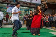 Танцоры выполняют во время фестиваля Tihar в Pokhara, Непале Стоковое Изображение