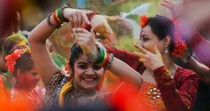 Танцоры выполняя в торжестве Holi, Индия женщин Стоковые Изображения RF
