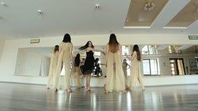 Танцоры выполняя и практикуя современную, современную форму танца видеоматериал