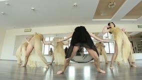 Танцоры выполняя и практикуя современную, современную форму танца сток-видео