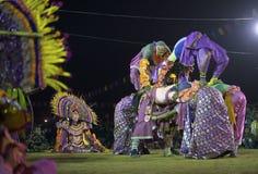 Танцоры выполняя на Chhau танцуют фестиваль, западная Бенгалия, Индия Стоковые Изображения