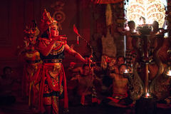 Танцоры выполняя традиционный балийский огонь транса Kecak танцуют Стоковое Изображение