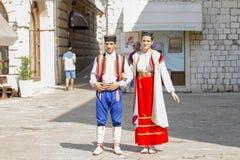 Танцоры в национальных костюмах в старом городке, редакционном Стоковые Изображения RF