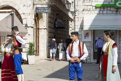 Танцоры в национальных костюмах в старом городке, редакционном Стоковые Изображения