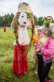 Танцоры в традиционном платье выполняют народный танец Стоковые Фотографии RF