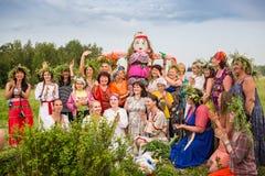 Танцоры в традиционном платье выполняют народный танец Стоковая Фотография