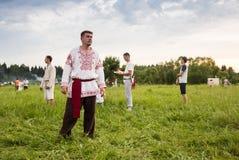 Танцоры в традиционном платье выполняют народный танец Стоковое Изображение RF