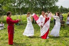 Танцоры в традиционном платье выполняют народный танец стоковые фото
