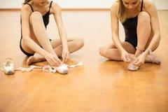 Танцоры кладя их ботинки дальше Стоковая Фотография
