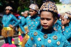 танцоры масленицы девушки в различных костюмах танцуют вдоль дороги Стоковые Изображения