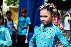танцоры масленицы девушки в различных костюмах танцуют вдоль дороги Стоковое Изображение