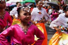 танцоры масленицы девушки в различных костюмах танцуют вдоль дороги Стоковое Изображение RF