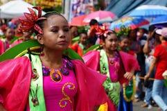 танцоры масленицы девушки в различных костюмах танцуют вдоль дороги Стоковое фото RF