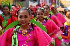 танцоры масленицы девушки в различных костюмах танцуют вдоль дороги Стоковое Фото