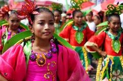 танцоры масленицы девушки в различных костюмах танцуют вдоль дороги Стоковые Фото