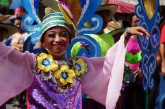 танцоры масленицы девушки в различных костюмах танцуют вдоль дороги Стоковые Изображения RF