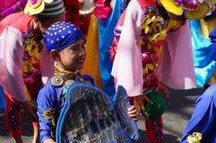 Танцоры масленицы мальчика в различных костюмах танцуют вдоль дороги Стоковое Фото