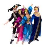 Танцоры масленицы объединяются в команду танцы маски, изолированные на белизне внутри во всю длину Стоковая Фотография