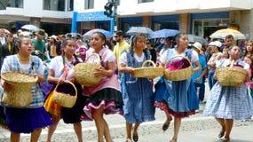 Танцоры молодых женщин в костюмах типичных для торговцев работая на рынке, эквадоре стоковое фото rf